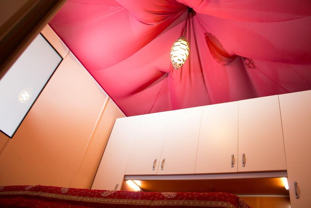 Camera da letto con letto matrimoniale e tetto a baldacchino