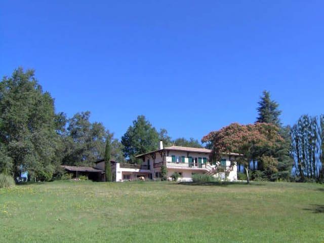 Chambres dans maison spacieuse à 23 km de Bordeaux - Sadirac - Ház
