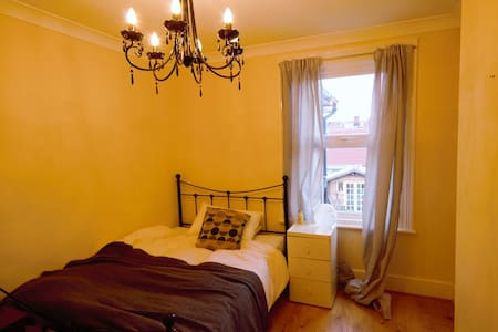 Cosy Double Room in Victorian Home - Aldershot