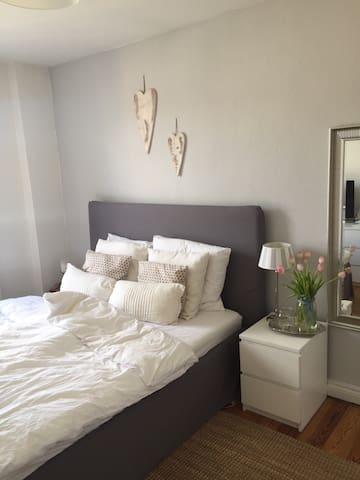 Charmante, kleine Altbauwohnung (ZENTRAL) - Kiel - Apartament