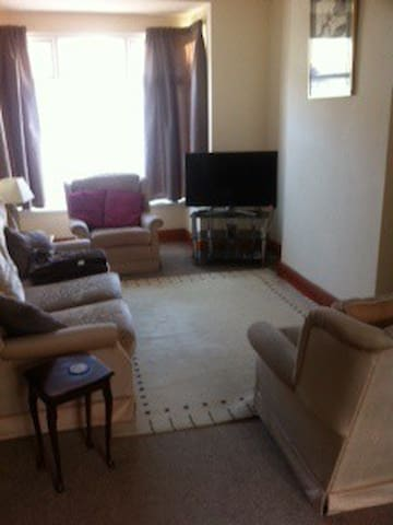 Private Room in a house close to Birmingham City - Smethwick