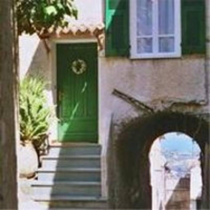 Eingang zum Ferienhaus mit 2 Terrassen, 100qm bis zu 6 Personen.