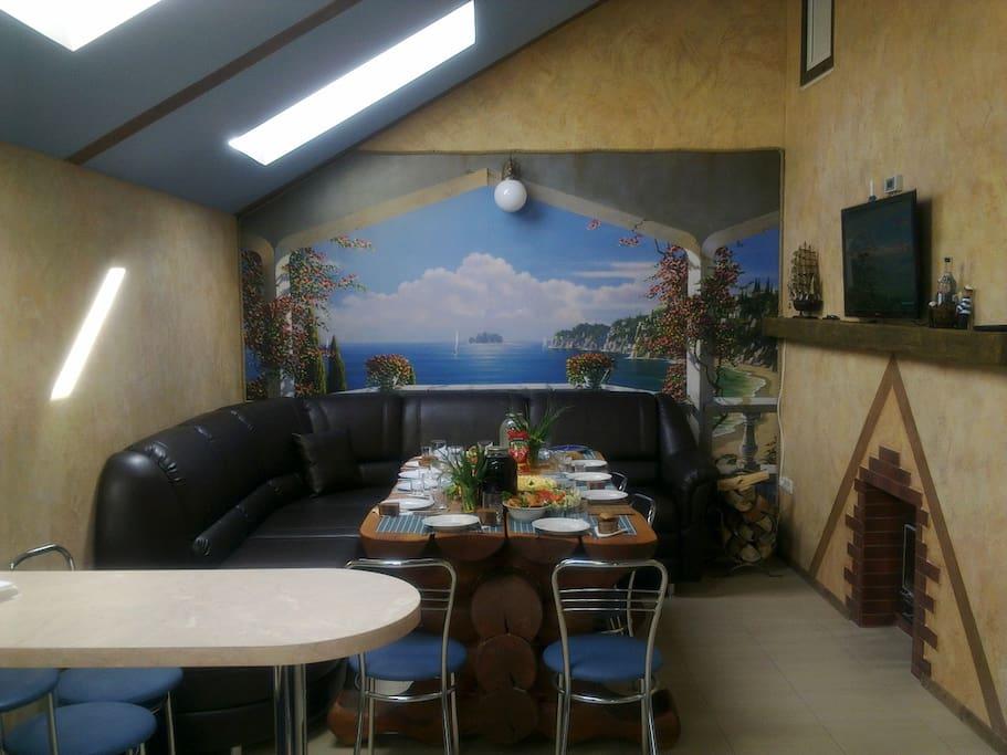 Кают-компания - оборудованная всем необходимым для комфортного и здорового отдыха, просторная кают-компания с современным кухонным блоком, вместительным коммандором, кожанным диваном и мега-столом из ольховых брёвен, позволят комфортно разместиться 10-ти