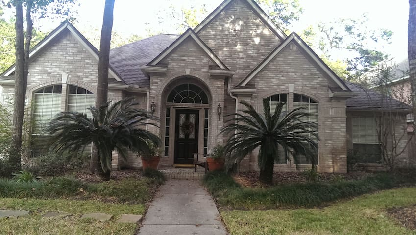 Beautiful home - Wooded Lot - 15 min. from Houston