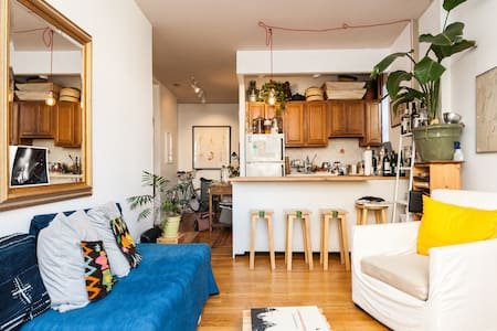 This clean and charming 1-bedroom apartment is perfectly located, at the border of West Village and Soho, a bloc away from the train, surrounded by every possible places needed (coffee shops, specialty food shops, taxi stations, restaurants, etc).