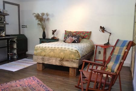 Unique Sunny Studio Apartment - East Hampton - Lejlighed