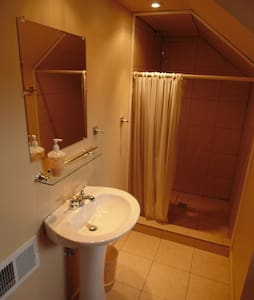 Room w/ bath at Raleigh Guesthouse - Beckley - Casa