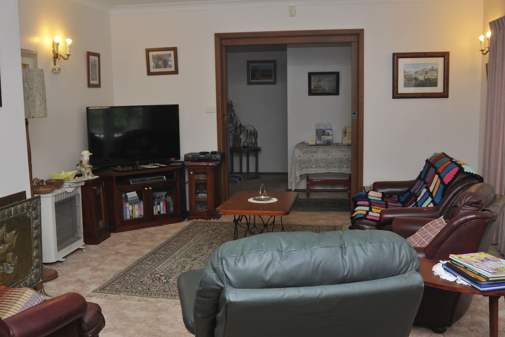 Lounge with TV, library and games