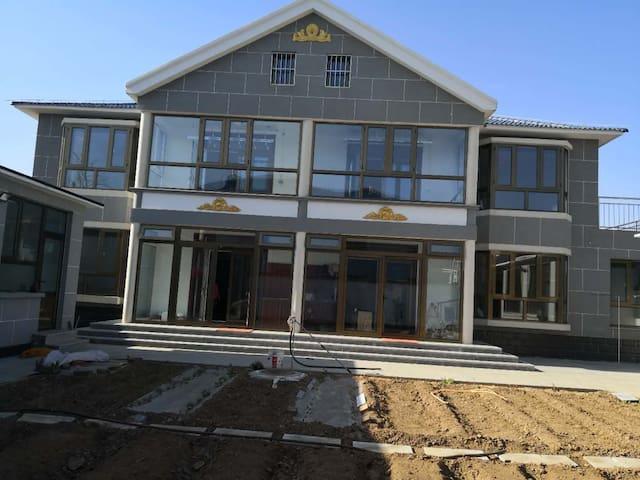 整栋别墅两个门,要出租的是右边的门。