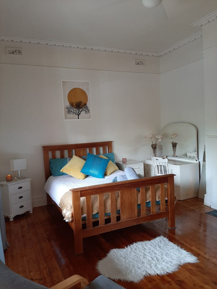 Room in the heart of Elsternwick. Perfect location