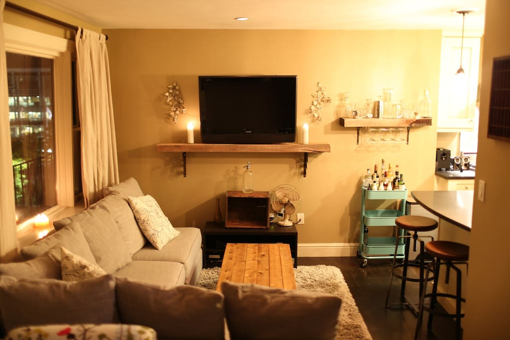 Great sized living room with tree top views, flat screen TV, cozy new couch!