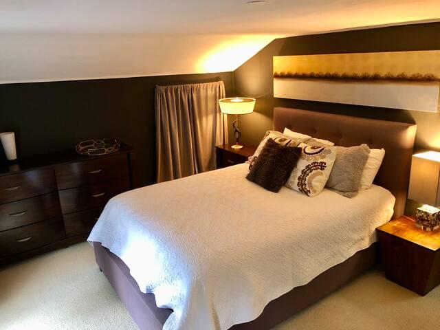 Main bedroom (queen).