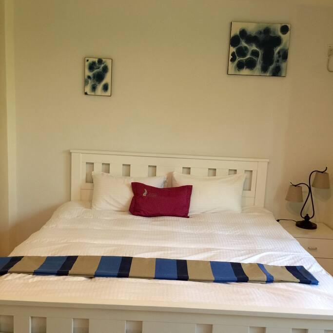 雙人房的床是King size的,加上獨立筒牀,讓您一夜好眠。房間約有10坪大,大面