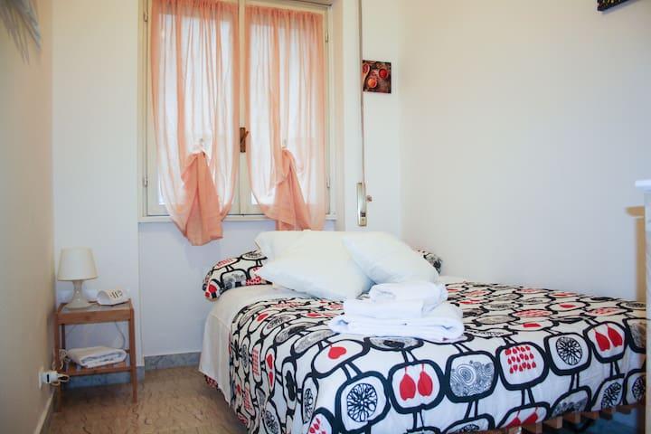 Camera doppia con letto 1 piazza e 1/2 Garbatella