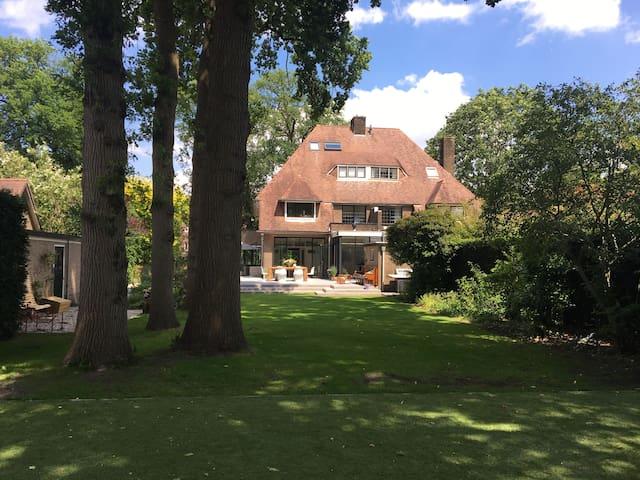 Ruime halfvrijstaande villa in Bussum voor gezin