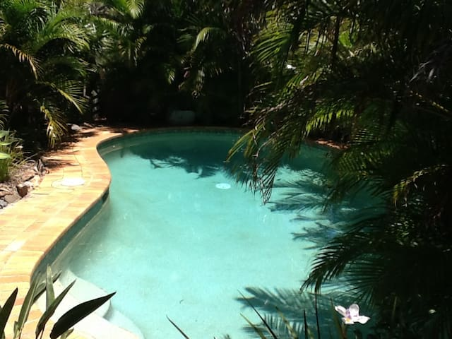 Queen bed and private ensuite by beach with pool - Sunrise Beach - Bed & Breakfast