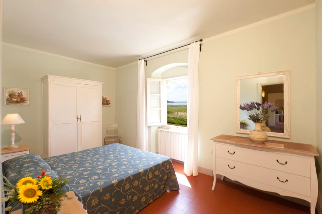 Bedroom with view of the sea and the town of talamone