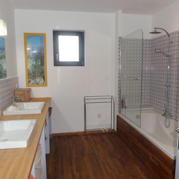La salle de bain, spacieuse et confortable.
