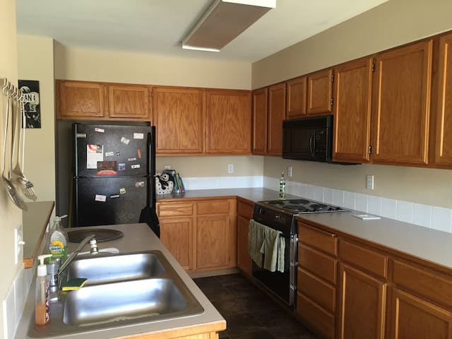 Cozy couch and shared living room - Spokane - Apartmen