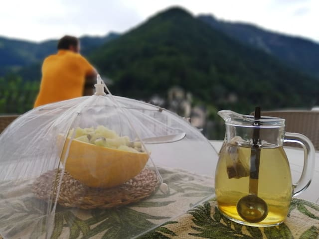 Sul terrazzo privato troverai un grande tavolo con ombrellone, dove mangiare, studiare o lavorare immersi nella natura