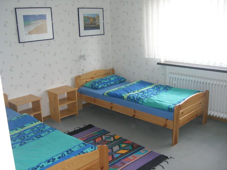 Schlafzimmer Nr 1 zur Straße hin (trotzdem ruhig).