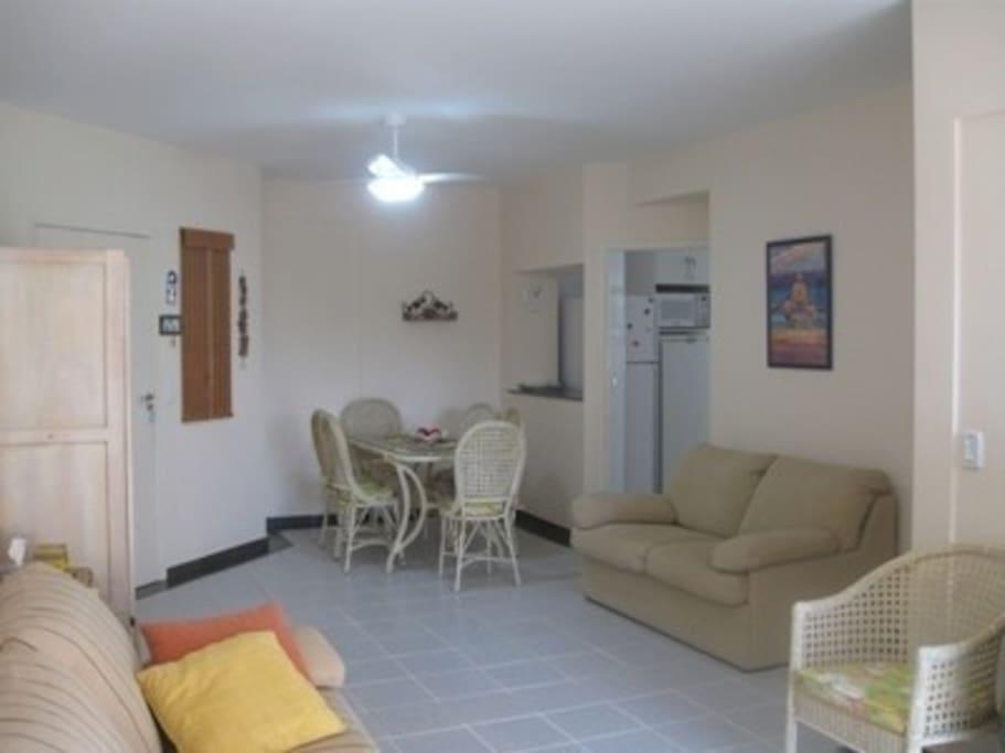 Apartamento amplo, claro, sala com 2 ambientes e cozinha americana.
