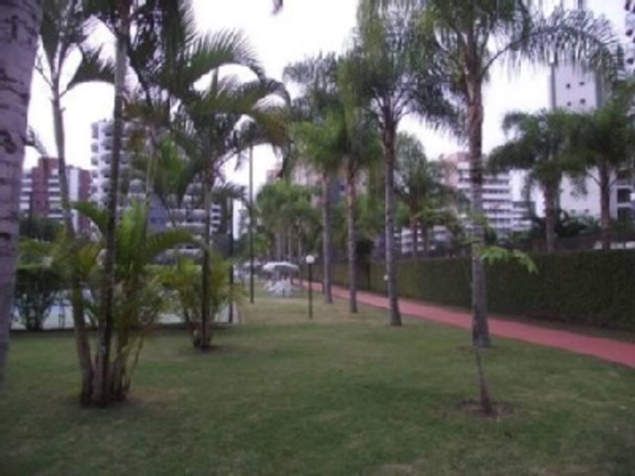 Area verde e pista para corrida e caminhada interna do condomínio