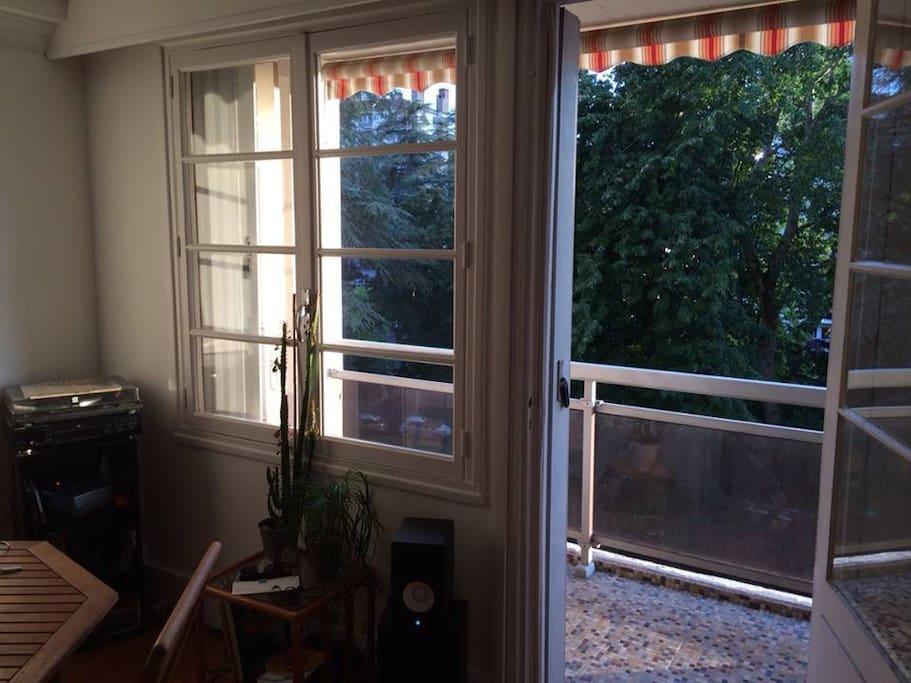 Porte fenêtre ouverte sur la nature toute l'année