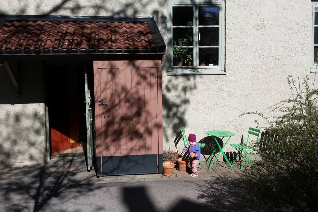 Nedanför vårt köksfönster kan man ha ett litet ceféset och sitta i solen på eftermiddagen.