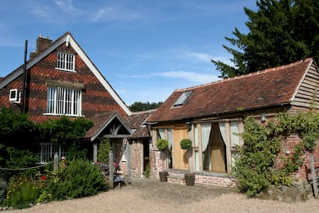 Cherrimans, The Eliot Room - Haslemere - Bed & Breakfast