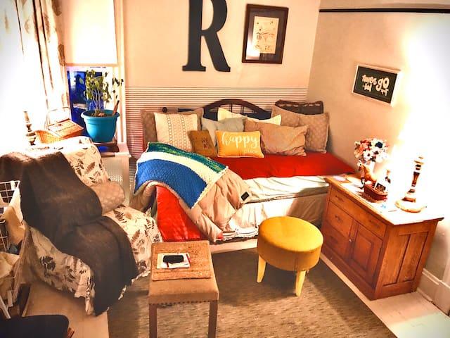 Ryan's Retreat  'Cozy Middle Room'