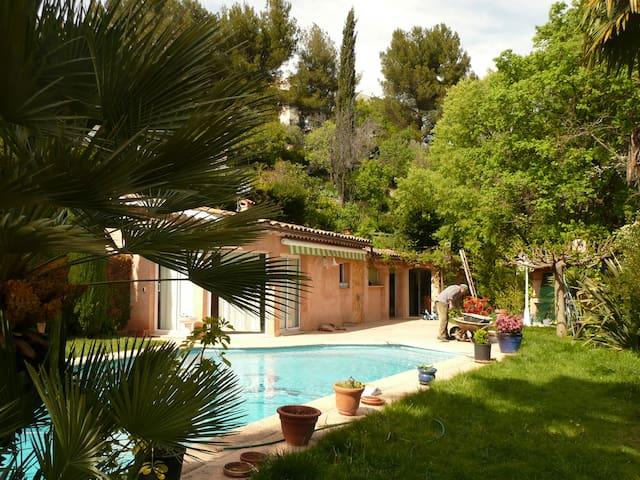 Pavillon au bord de la piscine houses for rent in for Au bord de la piscine