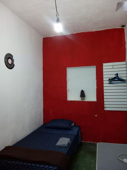La habitación es pequeña y sencilla.