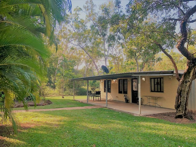 Wattle Flat Cottage: room for the caravans/boats