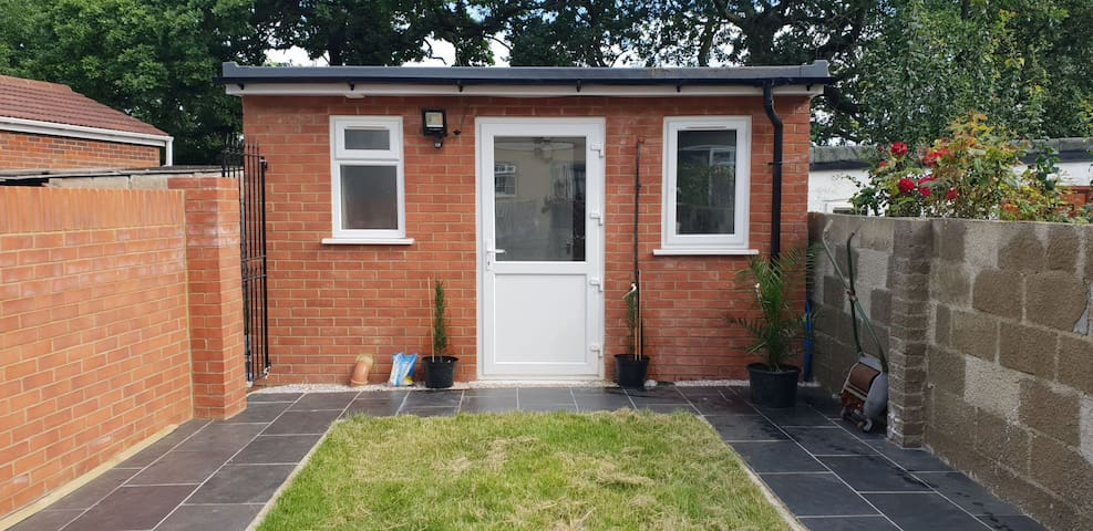 Studio apartment close to Heathrow & train & tube