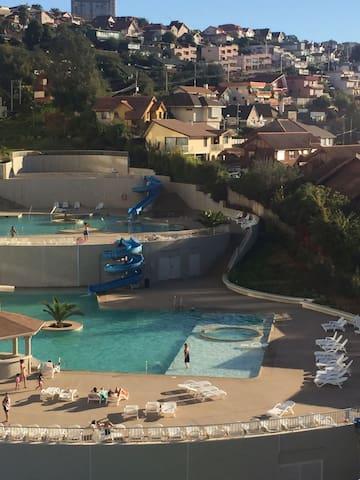 Vista del balcón a las piscinas