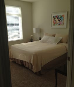 Private BR/BA in large apt with indoor parking - Morristown