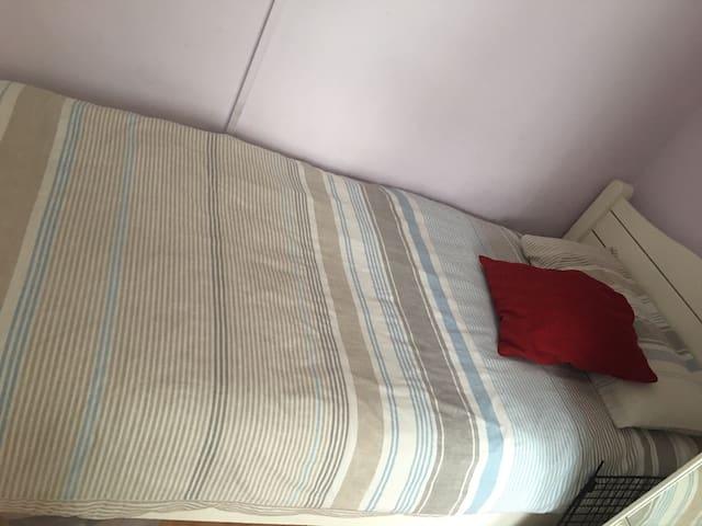 2 singles beds, El lluvioso.