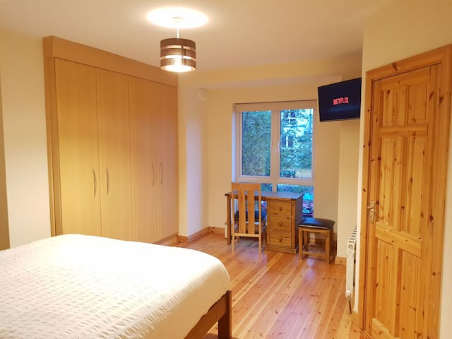 Spacious Double en-Suite Room – easy city access
