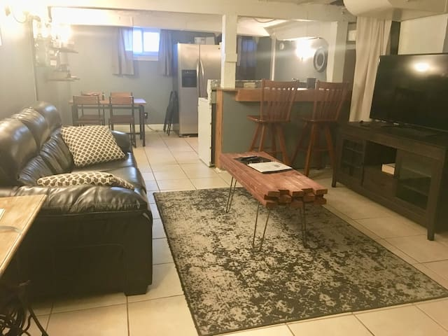 ★Industrial Themed Dundee Apt---Sleeps 8 + Pets!★