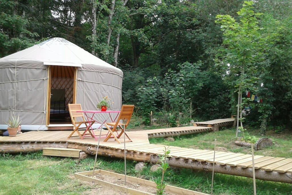 Des passerelles en bois pour aller aux sanitaires, à 15 m environ, exclusivement pour vous