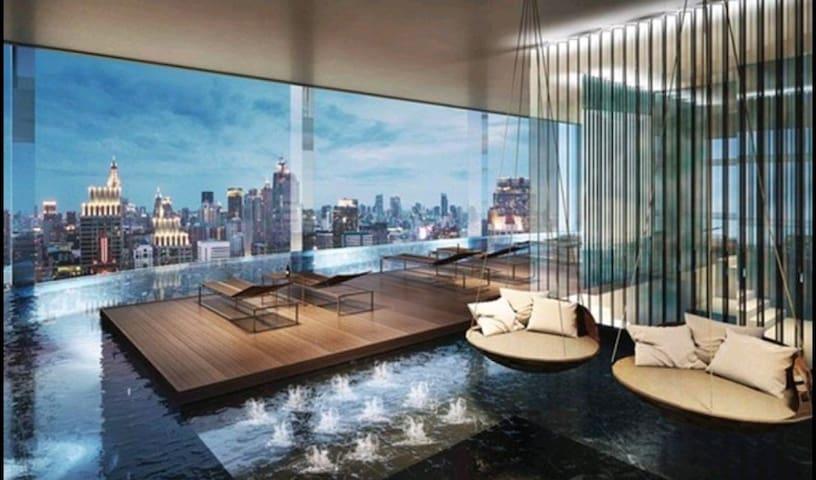 暹罗商圈+网红360度豪华42层高空泳池公寓+轻轨+机场快线+步行四面佛水门Centralworld