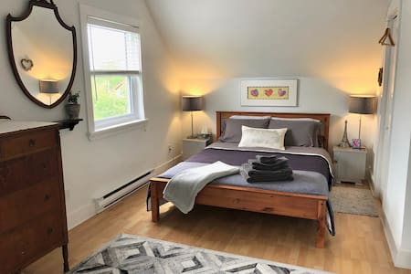 Bee's Knees- Private Bath, Bed &Breakfast, Patio
