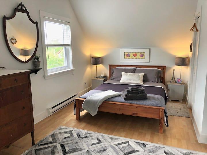 Bee's Knees- Private Bath, Bed &Breakfast, Patio