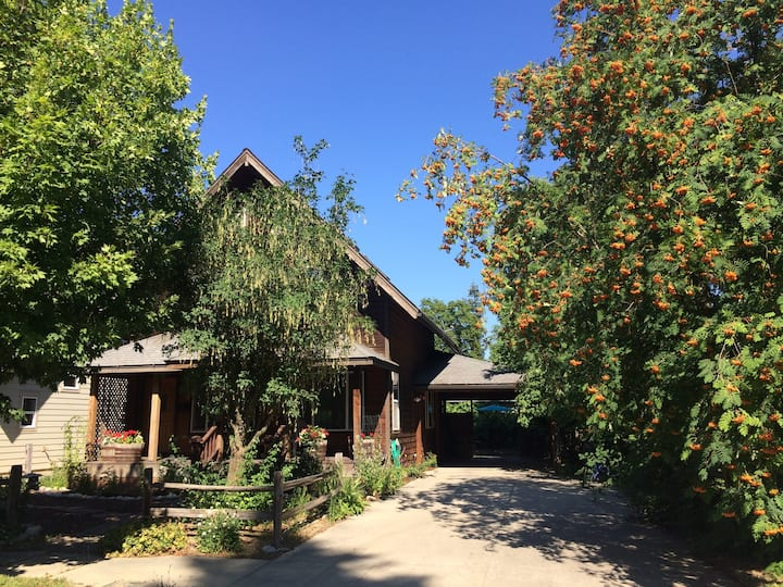 Perfect Location. Newer house- Kayaks, Bikes, Toys