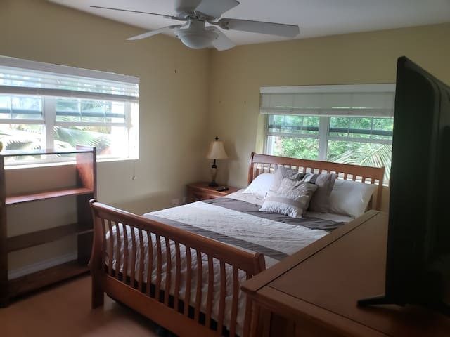Private Bedroom Upstairs . TV with Netflix access.