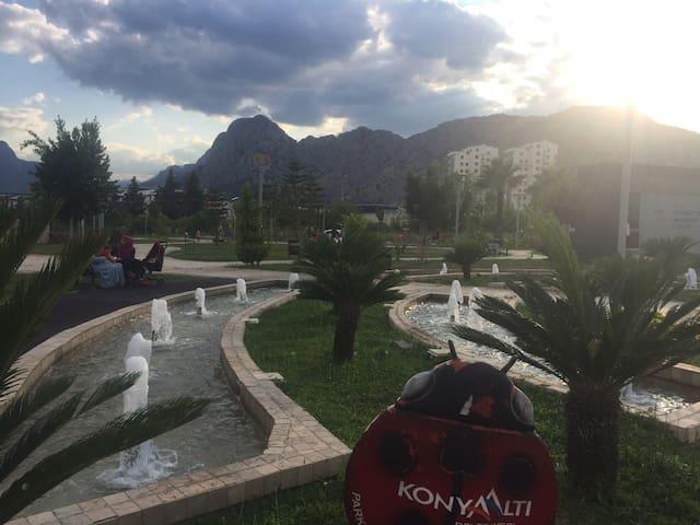 парк около дома - излюбленное место вечернего отдыха: журчание фонтанов, вид на горы