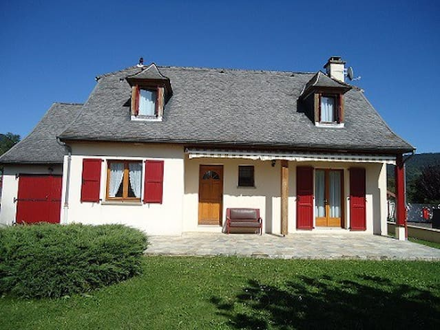 maison indépendante avec garage et jardin cloturé - Polminhac - House
