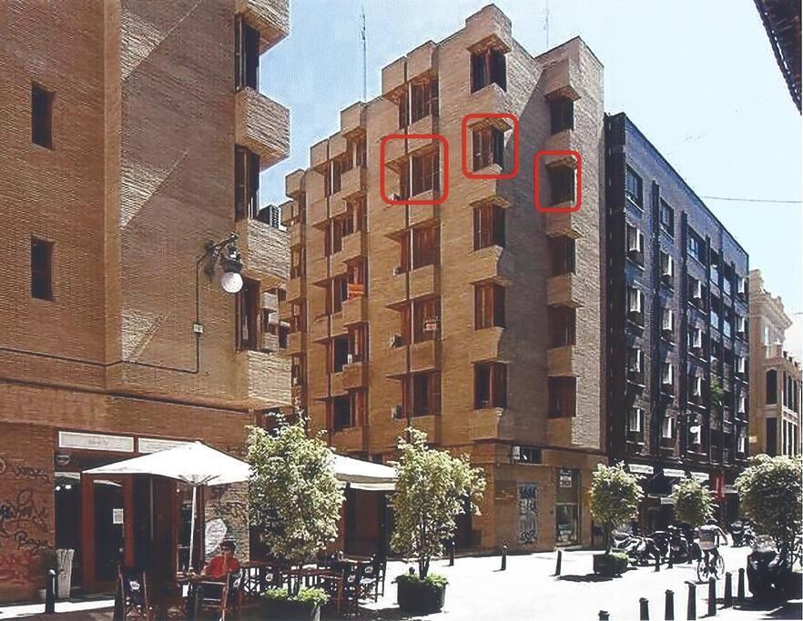 Edificio y ventanas del apartamento (enmarcadas en rojo)