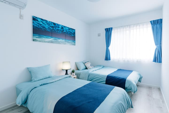 寝室  1 single bed&1semi-double bed
